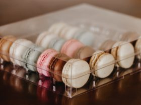 Box to hold 24 macarons with tray